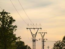 Elektricitetstorn på solnedgång på bygd med träd i Spanien Royaltyfria Foton