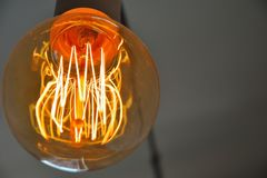 Elektricity, lámpara ardiente en primer Imagenes de archivo