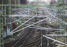Elektrifiering av järnvägen ovanför spåren Arkivfoton