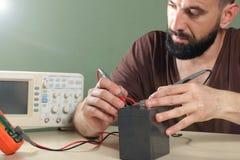 Elektriker überprüft die Batterie im Labor Lizenzfreies Stockbild