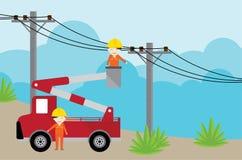 Elektriker auf Pflückerautokran und Arbeiten mit Stromposten stock abbildung