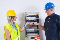 Elektriker bei der Arbeit stockfoto