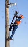 Elektriker, der auf Höhe arbeitet lizenzfreies stockfoto