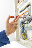 Elektriker, der den Stromversorgungskasten überprüft stockbild