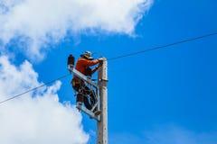 Elektriker, der Draht der Stromleitung repariert Lizenzfreies Stockbild
