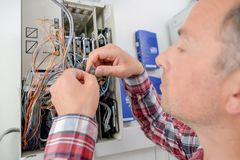 Elektriker, der ein fusebox repariert lizenzfreie stockbilder