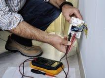 Elektriker, der in einem elektrischen Wohnsystem arbeitet stockfoto
