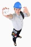 Elektriker, der einen elektrischen Sockel hält Stockbild