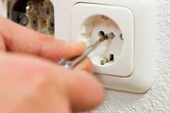 Elektriker, der Einfaßung installiert Stockfotos