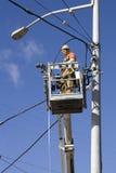 Elektriker, der elektrische Seilzüge repariert Stockfoto