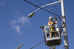 Elektriker, der elektrische Seilzüge repariert lizenzfreies stockfoto