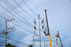 Elektriker, der an elektrischem Pfosten arbeitet Stockbilder