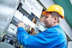 Elektriker, der energiesparendes Messinstrument installiert Lizenzfreies Stockbild