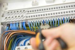 Elektriker, der fehlerhafte Verdrahtung repariert stockfoto