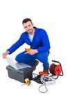Elektriker, der Laptop verwendet lizenzfreie stockfotografie