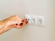 Elektriker, der Netzdosen in das Haus installiert Lizenzfreies Stockfoto