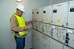 Elektriker in der Schaltungsleistung stockbild