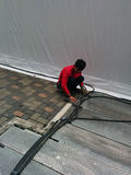 Elektriker, der Stromleitung Türme repariert Stockfotos
