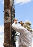 Elektriker, der an Strommasten arbeitet lizenzfreie stockfotos