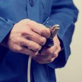 Elektriker, der an Verdrahtung arbeitet Lizenzfreie Stockbilder