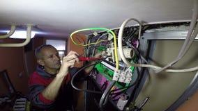 Elektriker With Electrical Cables och trådar stock video