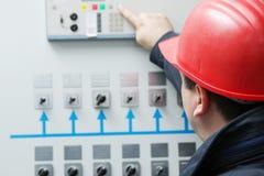 Elektriker geben Befehl in Kraftwerkzentrale Stockfotos