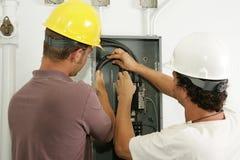 elektriker installerar panelen royaltyfria bilder