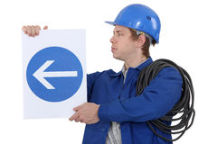 Elektriker mit einem Verkehrsschild Stockfotografie
