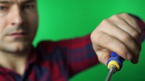 Elektriker mit herausgestellt Reparieren Sie grünen Schirmhintergrund stock video