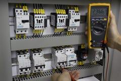 Elektriker på arbete Fotografering för Bildbyråer