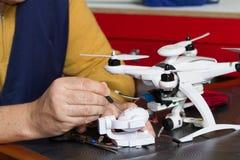 Elektriker på arbete med en quadcopter Royaltyfri Fotografi
