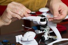 Elektriker på arbete med en quadcopter Royaltyfri Foto