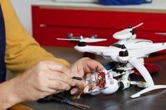 Elektriker på arbete med en quadcopter Royaltyfria Bilder