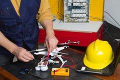Elektriker på arbete med en quadcopter Royaltyfria Foton