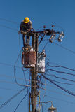 Elektriker repariert einen Draht der Stromleitung Lizenzfreies Stockbild