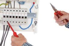 Elektriker repariert einen Ger?tkasten lizenzfreie stockfotografie