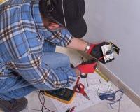 Elektriker som arbetar i den elektriska växten royaltyfri fotografi