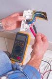 Elektriker som arbetar i den elektriska växten Royaltyfria Bilder