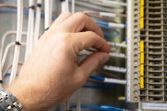 Elektriker som arbetar i fuseboxnärbild arkivbilder
