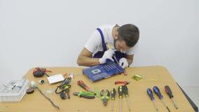 Elektriker som arbetar på hans skrivbord stock video