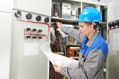 Elektriker som arbetar på kraftledningasken Royaltyfri Bild