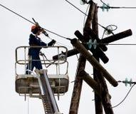 Elektriker som fungerar på höjd royaltyfri bild