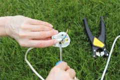 Elektriker som installerar en maktpropp Royaltyfri Fotografi