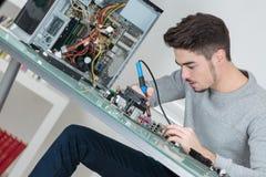 Elektriker som svetsar elektroniska delar Fotografering för Bildbyråer