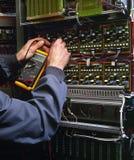 Elektriker som testar den industriella maskinen Fotografering för Bildbyråer