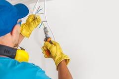 Elektriker und sein Job stockbilder