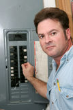 Elektriker am Unterbrecher-Panel Lizenzfreies Stockfoto