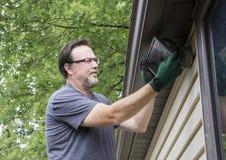 Elektriker-Working On Exterior-Licht Lizenzfreies Stockfoto