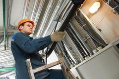 Elektrikerarbetare på kabel royaltyfria bilder