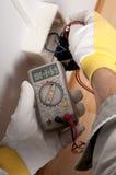 elektrikerarbete arkivfoton